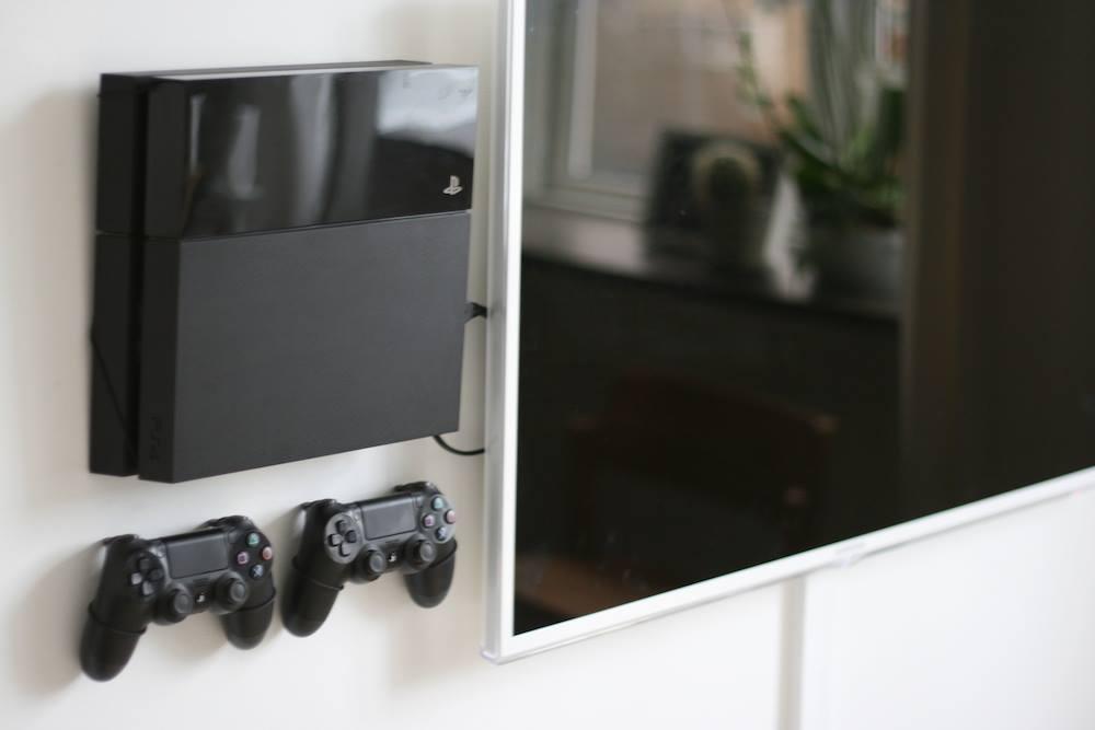 im review floating grip h ng dir doch deine konsole an die wand gewinnspiel. Black Bedroom Furniture Sets. Home Design Ideas