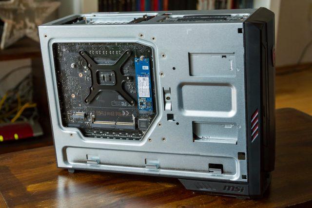Optane kommt in Blau: auf der Rückseite des Motherboards verbaut beschleunigt diese kleine Platine die 2TB HDD des Systems!